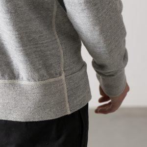 後身頃のみに配したの裾リブでフィット感とシンプルなスタイルを兼備。