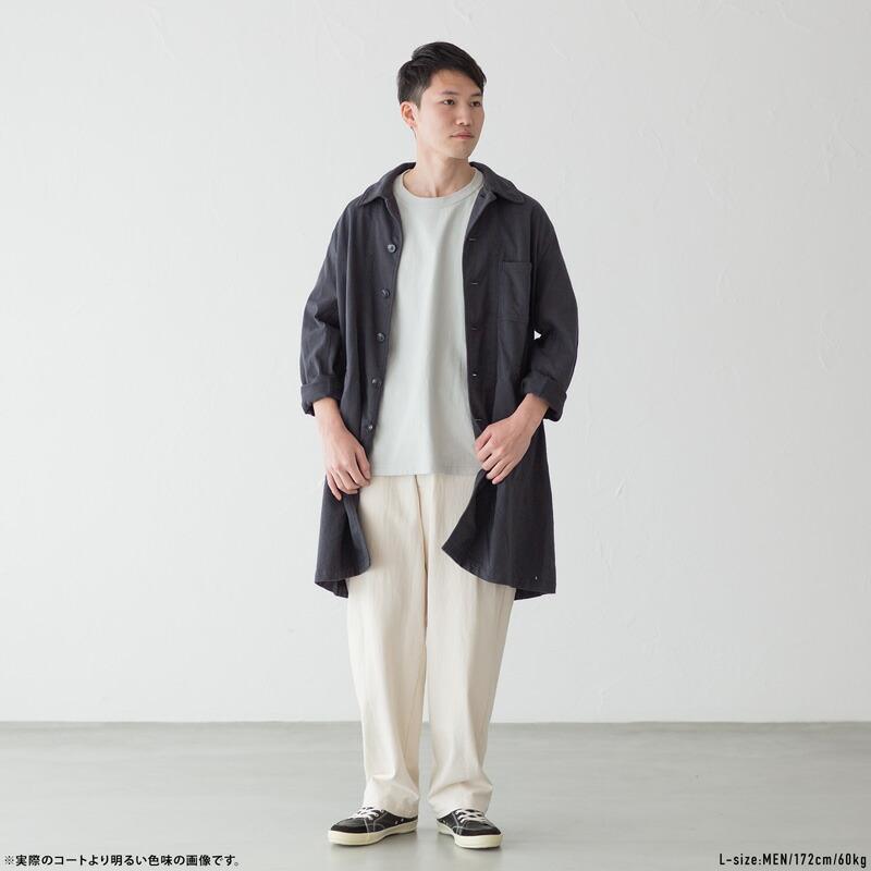 吊り編みアトリエコート[墨黒]と吊り編みパンツ[生成]のコーディネート
